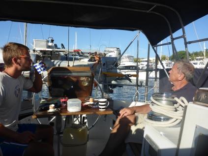 Ein angenehmes Frühstück bei 25°C im Hafen von Calero.