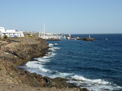 Blick auf den Hafen von Calero im Süden Lanzarotes.
