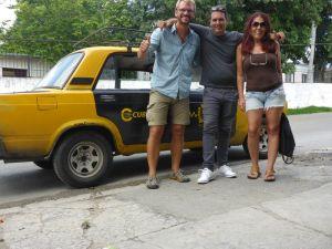 Marylin und Roberto mit seinem Taxi russischer Bauart.