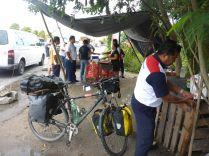 In Mexiko erstmal eine kräftige Mahlzeit am Straßenrand.