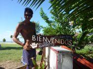Alejandro erstellt neue Tafeln für das Gelände.