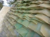 Ein Dach mit Plastikflaschen gedeckt.