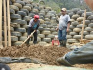 Lehm, Kies, Wasser, Stroh und Kuhmist werden für den Innen- und Aussenwandputz vermengt