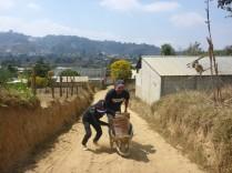 Der Kuhmist wird vom nächsten Bauern im Dorf geholt