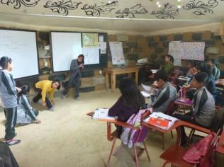 Schulunterricht im Reifenhaus