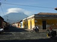 Im Hintergrund ist der Hausvulkan von Antigua in Wolken verhüllt