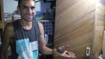 Felipe schenkt mir zum Abschied einen geschnitzten Anhaenger.