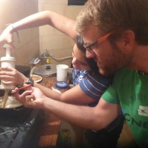 Wir bereiten fritiertes Gepack zu.