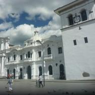 Popayan ueberrascht mit seinem historischen in weiss gehaltenen Stadtkern.
